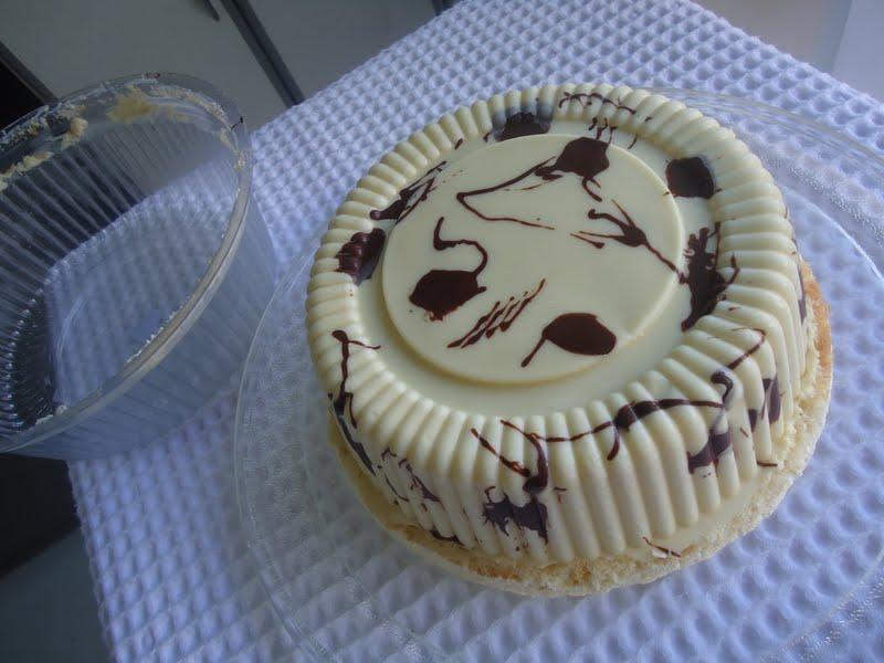 Bolo Bombom Chocolate Branco com recheio de morango (Bolo Love)