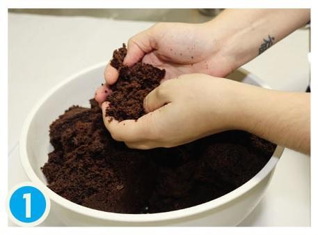 Faça sua massa de bolo preferida e esfarele bem em um recipiente. Depois, misture o recheio (exemplo: Doce de leite ou brigadeiro) até dar liga (Arquivo Pessoal)