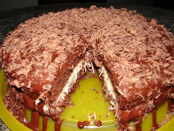 bolo prestígio com recheio de beijinho, depois de pronto