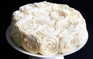 como-decorar-um-bolo-com-rosas-simples
