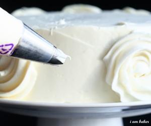 como-decorar-um-bolo-com-rosas-simples-5