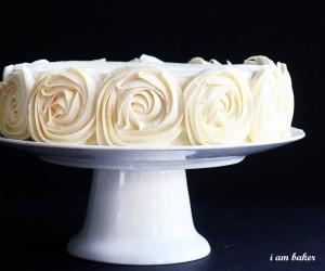 como-decorar-um-bolo-com-rosas-simples-6
