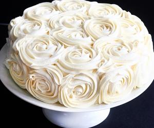 como-decorar-um-bolo-com-rosas-simples-7