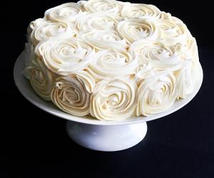 como-decorar-um-bolo-com-rosas-simples-8