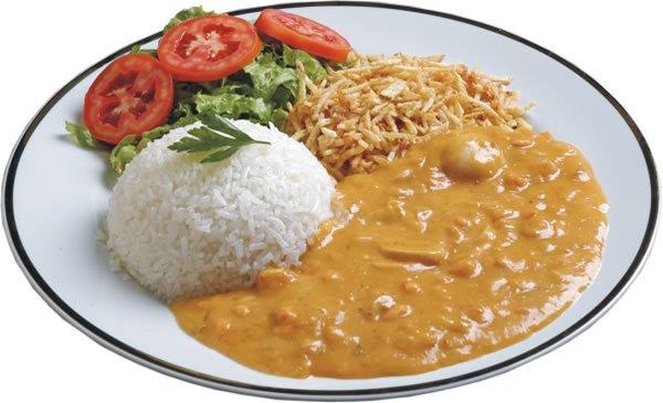 strogonoff servido no prato com arroz, salada e batata palha