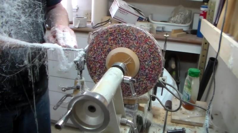 Este homem despeja granulado numa montanha de cola. O resultado? Eu preciso ter um destes na minha cozinha!