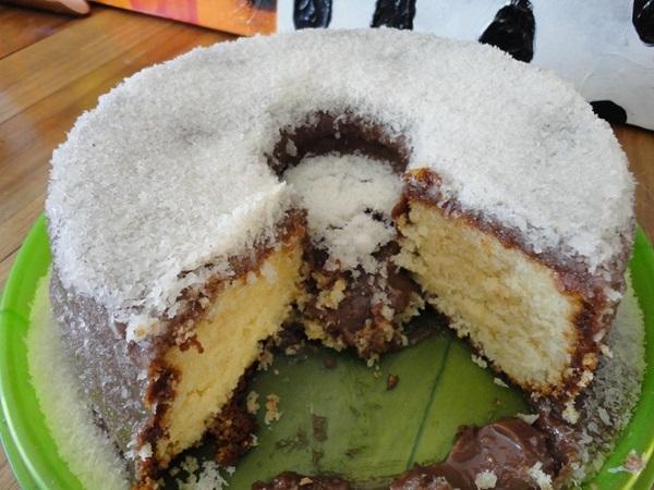 bolo-com-cobertura-de-coco-e-chocolate-1