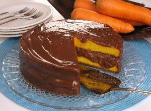 bolo gelado de cenoura com chocolate