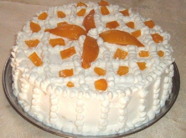 Bolo de aniversário com pêssegos