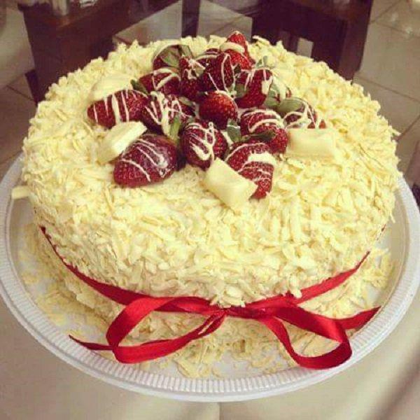 Bolo de aniversário com chocolate branco e morangos