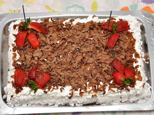 Bolo de aniversário de chocolate com chantilly