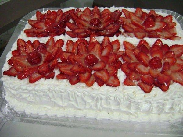 Bolo de aniversário com morangos e chantilly