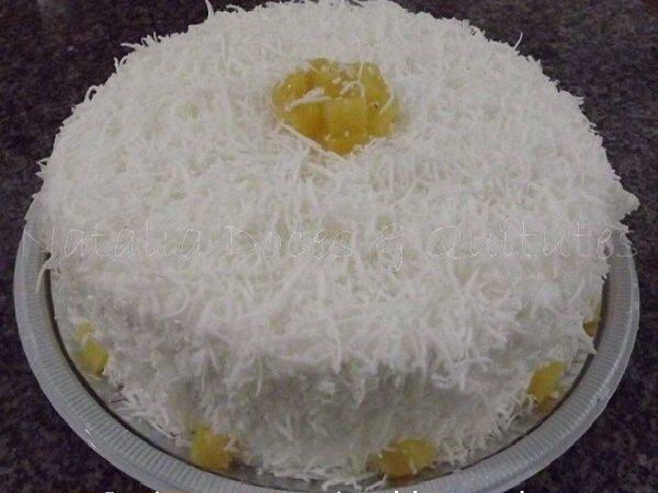 Bolo de aniversário de leite ninho e abacaxi