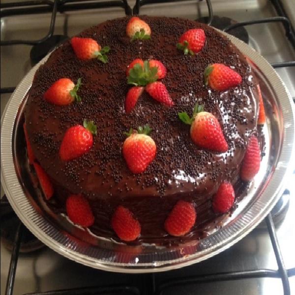 bolo de aniversario de chocolate com morangos