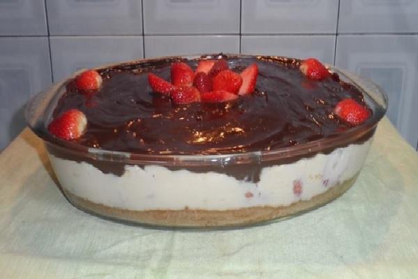 torta de morango com chocolate na travessa
