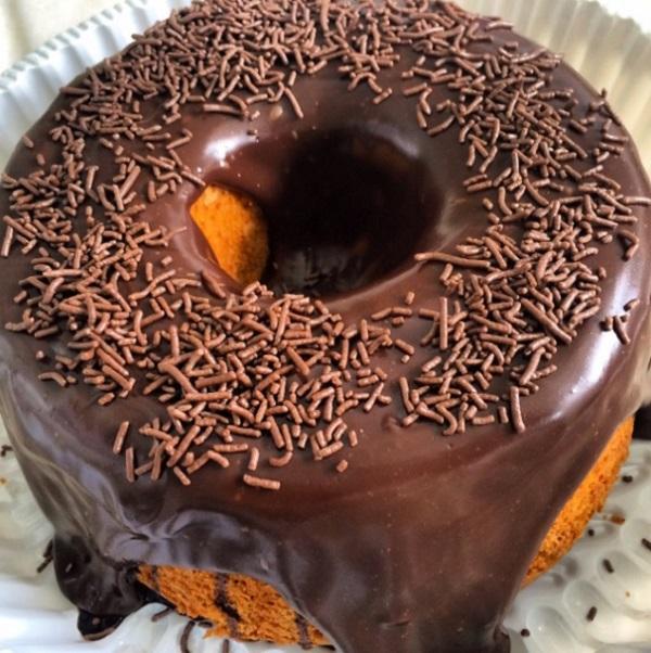 bolo de cenoura com calda e cobertura de chocolate, já pronto