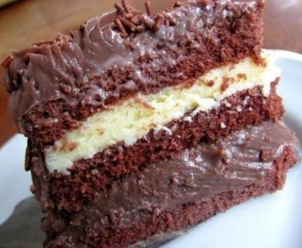 Bolo de chocolate com recheio, servido no prato.