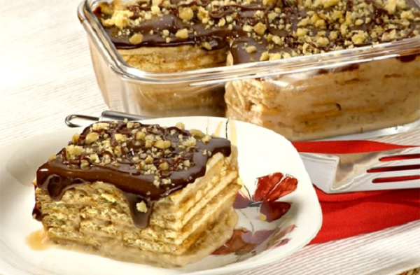 torta de nata com cobertura de chocolate
