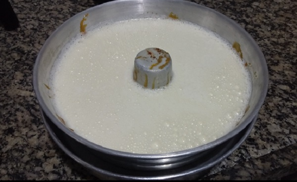 pudim de leite condensado com furinhos