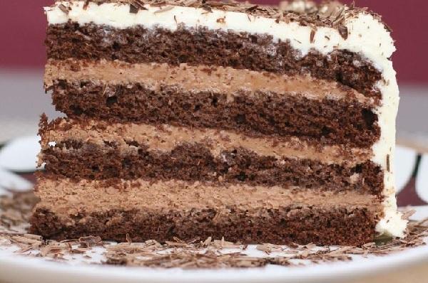 bolo com recheio de creme 4 leites com chocolate