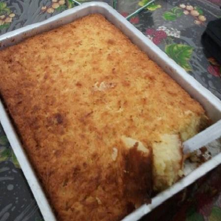 bolo de mandioca com leite condensado, servido na assadeira