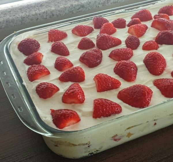 bolo gelado de leite ninho com morango