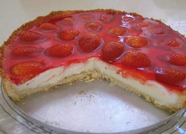torta doce decorada com morangos