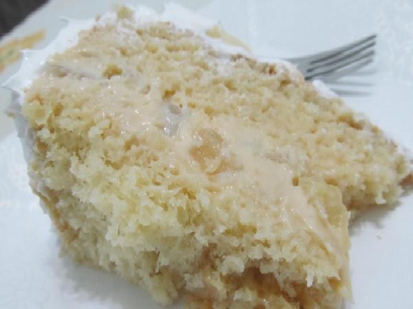 pedaço de bolo com recheio de abacaxi trufado