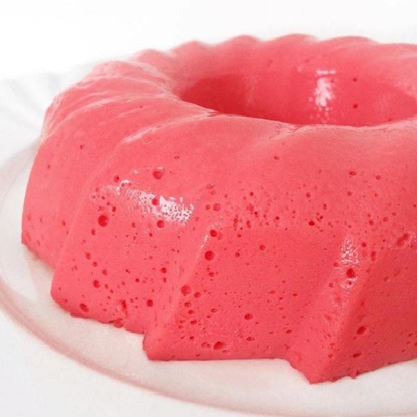 pudim de gelatina de morango, pronto para servir.