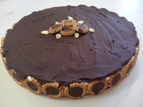 torta holandesa com creme de leite fresco, decorado com bolacha