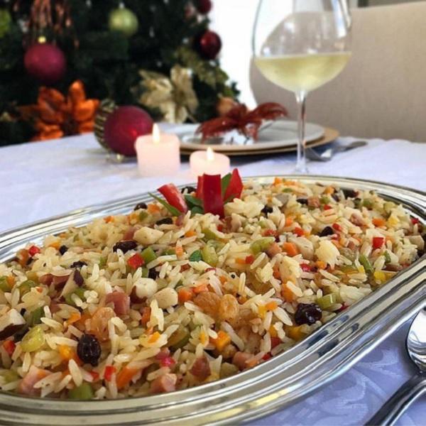 arroz à grega de natal, servido com uma taça de vinho