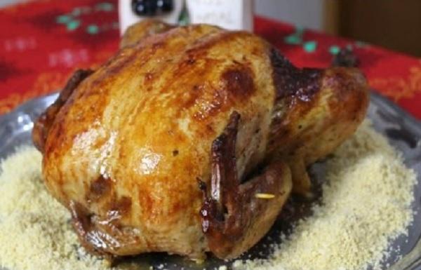 frango assado recheado, servido com farofa