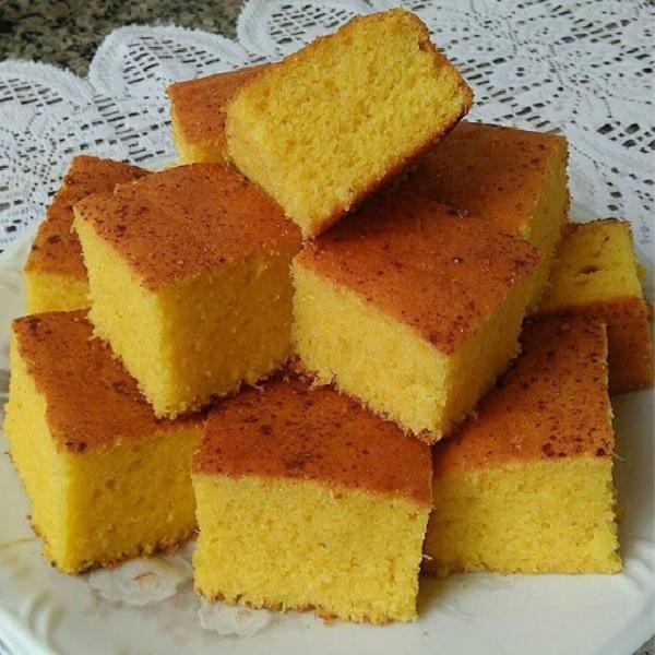 bolo de milho simples, cortado em quadradinhos