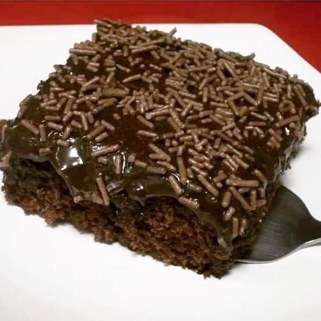 Pedaço de bolo de chocolate, com cobertura e chocolate granulado