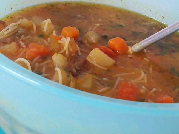 sopa de legumes com carne, já pronta