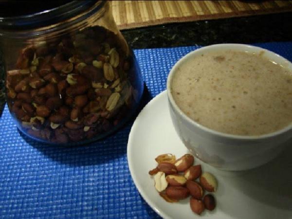 chá de amendoim, servido na xicara