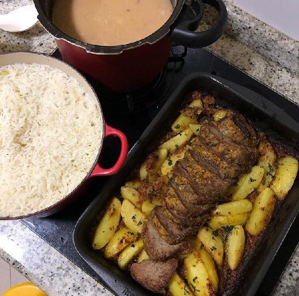 Fraldinha no Forno, servida na assadeira com batata e acompanhando arroz.